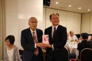 駐橫濱辦事處處長粘信士(右)代替駐日代表謝長廷頒贈紀念品給90歲以上的長者