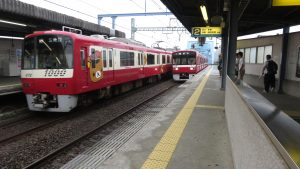 兩方向列車交會景