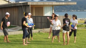 海邊的草坪上玩起水槍水球遊戲
