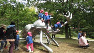 園區獨角仙雕塑 幼稚園小朋友玩的高興