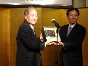 駐大阪辦事處處長陳訓養頒贈獎座予理事長羅辰雄,由理事長代行洪勝信代領。