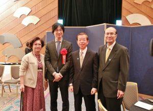 駐日代表謝長廷(右2)和台灣文化中心主任朱文清(右1)專程出席頒獎典禮,祝賀王震緒獲獎(圖左1為王震緒母親的友人)