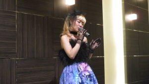 歌手演唱日本演歌及歐美流行歌曲