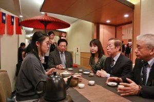 謝長廷等人特別在台灣茶藝攤位,品嘗道地台灣茶