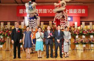 左起為駐橫濱辦事處處長粘信士伉儷、駐日代表謝長廷伉儷與橫濱華僑總會會長羅鴻健伉儷,登台與舞獅合影