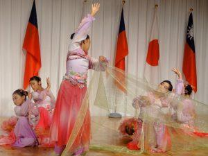 大阪中華学校生徒による華麗な民族舞踊