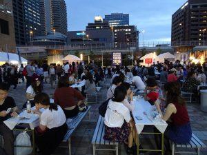 入夜後人潮漸多、用餐區坐滿民眾
