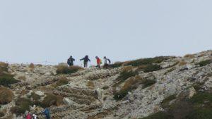 登山客一早就爬上山脊陵線