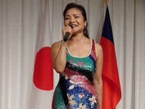 旅日歌手寒雲以歌聲為國家獻賀