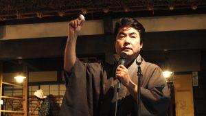 東京農業大學教授長島孝行在演講中說明絲的用途