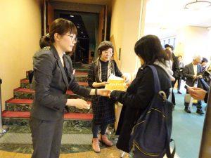 台灣觀光局大阪事務所準備紀念品給所有到場觀賞的民眾