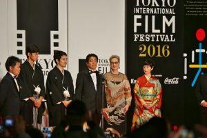 1日相安倍晉三(右3)和好萊塢女星梅莉史翠普(右2),以及此屆影展代言人黑木華(右1)跟電影《聖之青春》主演東出昌大、松山研一等人一起為影展進行開幕宣言