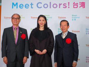 台北駐日経済文化代表処の謝長廷大使(右)と観光局国際組の林坤源組長(左)と長澤まさみさん(中央)