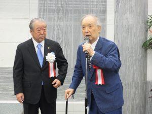 元内閣総理大臣の海部俊樹氏(右)も松本理事長を激励