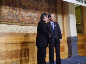 亞東關係協會會長邱義仁(左)和日本交流協會會長大橋光夫(右)握手致意