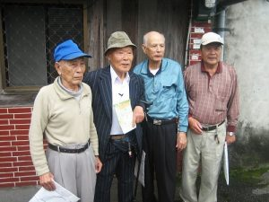 仍會說些台語的灣生冨永勝(左2)回到自己出生地花蓮,尋找兒時玩伴(©田澤文化有限公司)