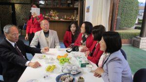 僑委會委員長吳新興(左1)和山梨台灣總會成員進行意見交流(左2為最高顧問趙世安,右1為會長余麗玉)