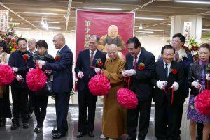 開幕典禮中由橫濱辦事處處長粘信士(右5)和多位僑領一起擔任剪綵嘉賓。