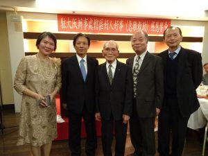 駐大阪辦事處處長陳訓養(左2)、僑務組長黃水益(右1)與僑胞山地薰子(左1)及家人