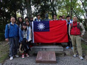 在大倉山公園國父銅像前合影