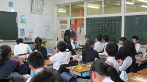 僑務委員長訪東京中華學校時,與學生交流(左為僑務委員長吳新興,右為東京中華學校校長劉劍城)