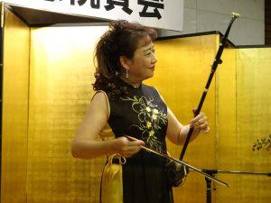 吹田日台友好協會副理事長、二胡演奏家魏麗玲以琴音為成立周年大會祝賀