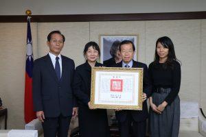台北駐日經濟文化代表處代表謝長廷(右2)代為頒發畫家張義雄總統褒揚令,由張義雄長女鈴木靜(左2)和家人代領