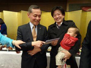 中華航空日本支社長石炳煌(左)贈送機票
