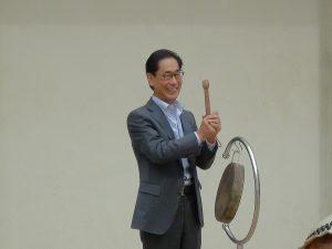 2014年10月4日理事長羅辰雄為大阪中華學校第一屆文化季敲鑼開幕