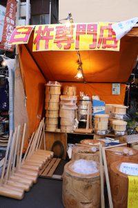 杵臼:創業超過百年的八目橋產業,來自東京八王子,是專賣杵和臼的商店,在世田谷舊貨市集設攤已經有50年了。