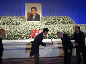 駐日副代表郭仲熙追頒一等華光獎章、由羅辰雄之子羅賢一代表接受
