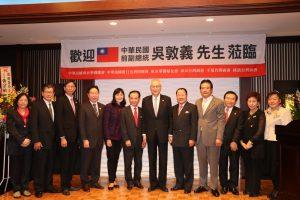 前副總統吳敦義(右6)和共同舉辦此次演講會的召集人黃宗敏(右4)和關東六個僑團會長和成員合照