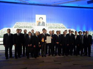 駐日代表處副代表郭仲熙代表僑委會頒贈一等華光專業獎章