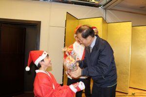駐日代表謝長廷贈送聖誕節禮物給現場的小朋友