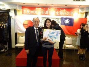 大阪中華總會會長洪勝信捐贈多張機票、愛護留學生的心始終如一。
