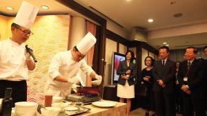 有名台湾料理店「海南鶏飯」のシェフによるハタを使用した料理実演の様子