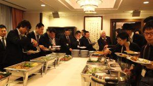 試食会では12種のハタ料理が並んだ