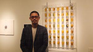 曽霆羽さんと作品「核廃棄物桶」