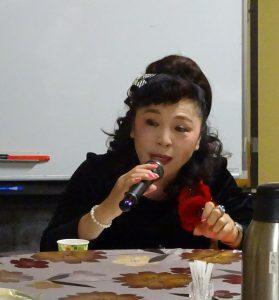 名譽會長謝美香說明應邀擔任講師舉辦「台灣文化及中文教學講座」
