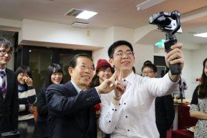 駐日代表謝長廷和留學生互動