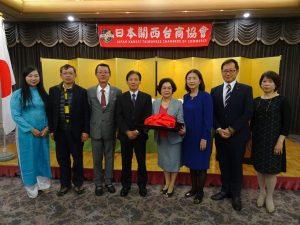 新會長俞秀霞(右4)與新團隊合影 。副會長朱家儀(左1)、右起副會長洪麗華、監事長潘振興。