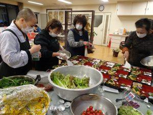 志工忙著準備豐盛素齋餐盒
