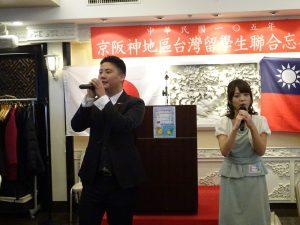 留學生許少峰(左)帶動全場演唱「島嶼天光」