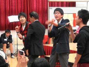 2013年12月大阪中華學校學藝會,羅辰雄應邀與學生一同熱舞,平易近人的身影令人印象深刻