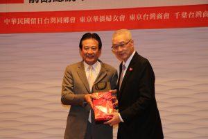 總召集人黃宗敏致贈紀念品給前副總統吳敦義