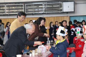 駐日代表處副代表郭仲熙發紅包給小朋友