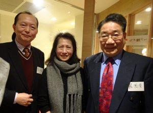 左起駐大阪辦事處僑務組長黃水益、關西生命線代表梁碧玉、駐大阪辦事處文教秘書羅國隆