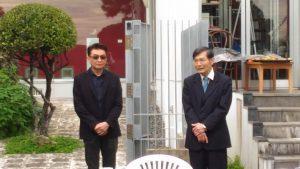 駐那霸辦事處處長蘇啟誠(右)與台灣雕塑家余連春