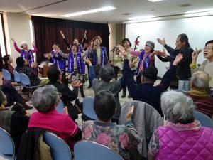 在魏麗玲的二胡伴奏下,大阪台灣同鄉會團隊高歌「來何日君再來」與日本長輩們交流。