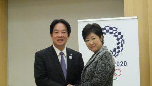 東京都知事小池百合子(右)與賴清德握手合影